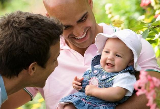 Casais do mesmo sexo ganham espaço na adoção de crianças.