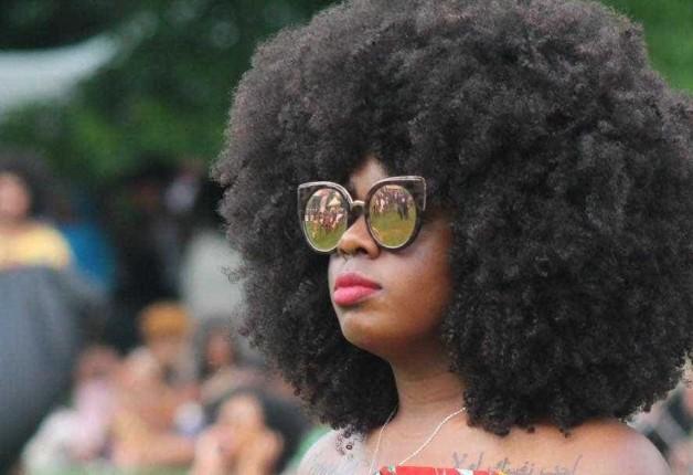 Conservar os cabelos naturais como resgate das raízes.